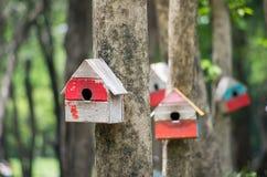 Buntes Vogelhaus im grünen Garten lizenzfreie stockfotografie