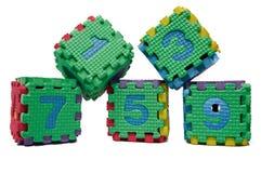 Buntes Würfelpuzzlespiel von ungeraden Zahlen Stockfoto
