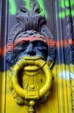 Buntes Wandgemälde auf dem Türklopfer Stockbild