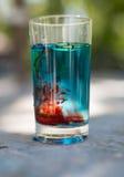 Buntes Wasser mit Lebensmittelfarbe-Beleuchtung Stockbilder