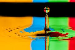 Buntes Wassertröpfchen des abstrakten Hintergrundes, das Spritzen macht Stockfoto