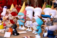 Buntes Weihnachtshandgemachte Dekorationen und -andenken auf Weihnachtsmarkt lizenzfreie stockbilder