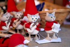 Buntes Weihnachtshandgemachte Dekorationen und -andenken auf Weihnachtsmarkt stockbilder