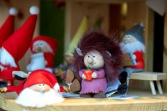 Buntes Weihnachtshandgemachte Dekorationen und -andenken auf Weihnachtsmarkt stockbild