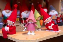Buntes Weihnachtshandgemachte Dekorationen und -andenken auf Weihnachtsmarkt lizenzfreie stockfotos