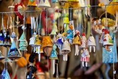 Buntes Weihnachtshandgemachte Dekorationen und -andenken auf Weihnachtsmarkt lizenzfreie stockfotografie