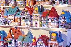Buntes Weihnachtshandgemachte Dekorationen und Andenken auf Weihnachtsmarkt - Weihnachtskerzenhäuser stockbild