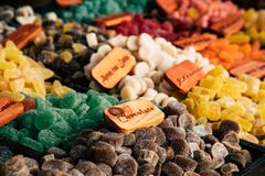Buntes Zuckerbonbonzahnfleisch und -Geleebonbons auf Markt lizenzfreie stockfotografie