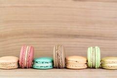Buntfokusbild av färgrik franska Macarons Arkivfoto