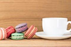 Buntfokusbild av färgrik franska Macarons Arkivbilder