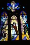 Buntglas in der modernen Kirche lizenzfreie stockfotos