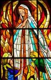 Buntglas - Erscheinung von Jungfrau Maria in Fatima Stockfotos