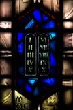 Buntglas-Fenster, welches die zehn Gebote darstellt Lizenzfreie Stockfotografie