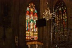 Buntglas im Fenster Katholische Innenkathedrale Manila, Philippinen stockbild