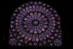 Buntglas im Notre Dame de Paris Stockbild