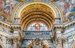Buntglas mit Schild und Adler in der Kirche von Sant-` Agnese in Agone in Rom, Italien Stockbilder