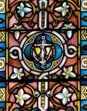Buntglas nahes hohes H in der Kirche des heiligen Kreuzes Stockfoto
