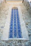 Buntglasfenster auf Steinmaurerarbeit der alten Kirchenwand Lizenzfreie Stockfotos