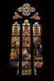 Buntglasfenster in der katholischen Kathedrale Stockbild