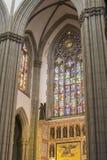 Buntglasfenster in der katholischen Kirche Lizenzfreie Stockfotografie