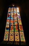 Buntglasfenster in der Kirche stockbild