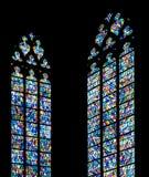 Buntglasfenster gegen eine Schattenbildkirchenwand Lizenzfreie Stockfotos