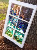 Buntglasfenster im Garten Stockfotografie