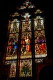 Buntglasfenster im Tempel lizenzfreies stockbild