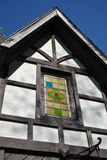 Buntglasfenster im Tudorstilgebäude Lizenzfreie Stockfotos