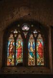 Buntglasfenster mit Heiligen in Kirche Notre-Dames de Beauvoir, stockfotografie