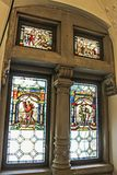 Buntglasfenster in Peles-Schloss lizenzfreie stockfotografie