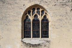 Buntglasfenster verzieren die Fassade einer Kirche in Occagnes (Frankreich) Lizenzfreie Stockfotografie