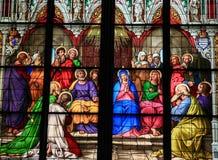 Buntglaskirchenfenster, das Pfingsten darstellt Stockfoto