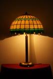 Buntglaslampe auf einer Tabelle Stockfotos