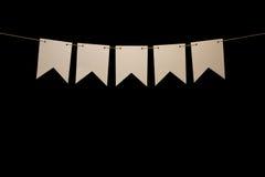 Bunting, cinco formas brancas na corda para a mensagem da bandeira Fotos de Stock Royalty Free