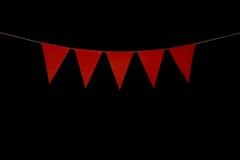 Bunting, cinco triângulos vermelhos na corda para a mensagem da bandeira Fotos de Stock Royalty Free