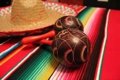 Bunting för garnering för de mayo för cinco för fiesta för bakgrund för maracas för Mexico ponchosombrero royaltyfria bilder