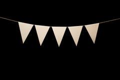 Bunting fem vita trianglar på rad för banermeddelande Arkivbild