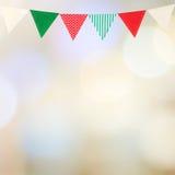Bunting partijvlag op lichte achtergrond van onduidelijk beeld de abstracte bokeh, met Stock Foto