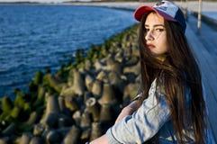 Buntownicza dziewczyna pozuje w świetle słonecznym Obraz Royalty Free