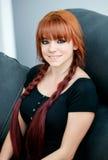 Buntownicza nastolatek dziewczyna z czerwonym włosy w domu Zdjęcia Royalty Free