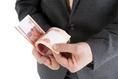 Buntsedlar av 5000 rubel i manliga händer Arkivbilder
