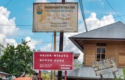 Buntu浦那村庄的路牌在塔娜Toraja 印度尼西亚 库存图片
