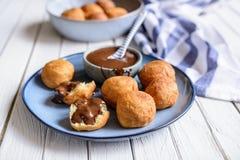 Bunuelos - pasticceria fritta nel grasso bollente colombiano tradizionale con la salsa di cioccolato fotografia stock