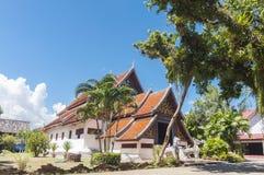 Buo de nhong de Wat et village thaïlandais de moine Photo stock