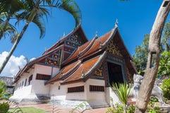 Buo de nhong de Wat et village thaïlandais de moine Photos stock