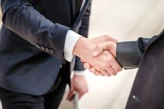 Buon affare! Un uomo d'affari di due giovani che sta di fronte ad a vicenda Fotografia Stock Libera da Diritti