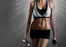 Buon allenamento Colpo orizzontale potato di giovane donna sbalorditiva di forma fisica Immagini Stock Libere da Diritti