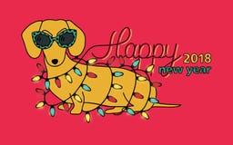 Buon anno 2018, cartolina d'auguri orizzontale Anno cinese di cane giallo Congratulazione con il bassotto tedesco divertente dent Fotografie Stock Libere da Diritti