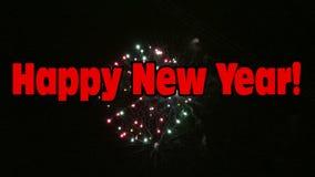 Buon anno con i fuochi d'artificio variopinti stock footage
